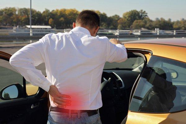 運転 腰痛 左側